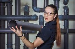 拿着PVC管子的女实业家 库存图片
