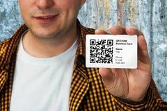 有QR代码名片的建筑工人 库存图片