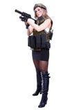 拿着smg的军事伪装的妇女 免版税库存图片