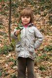 拿着snowdrops的美丽的小女孩 库存照片