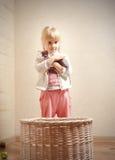 拿着Sphynx小猫的小女性孩子 免版税库存照片
