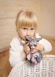 拿着sphynx小猫的小白肤金发的女孩 免版税库存图片