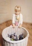 拿着sphynx小猫的小白肤金发的女孩 免版税图库摄影