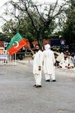 拿着Tehreek-e-Insaf的旗子支持者 免版税库存图片