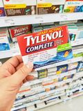 拿着Tylenol组装的手 免版税图库摄影