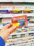 拿着Tylenol组装的手 免版税库存图片