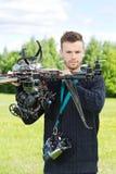 拿着UAV直升机的男性工程师在公园 图库摄影