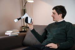 拿着VR玻璃的人 库存图片
