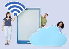 拿着wifi在片剂纸前面的不同的人民云彩象被删去 库存照片