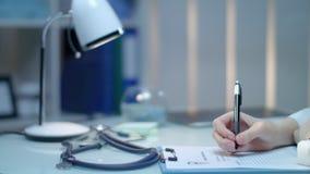 拿着X-射线图片的女性医生手 在医生工作场所的医疗诊断 股票视频