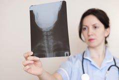 拿着X-射线的女性医生 库存图片
