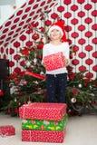 拿着Xmas礼物的女孩 免版税图库摄影