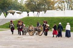 拿破仑似的战士和他们的妇女前进到一个军营 与白色帐篷的拿破仑似的基地 库存图片