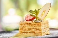 拿破仑蛋糕的侧视图关闭用草莓和苹果 库存图片