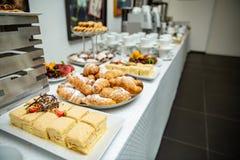 拿破仑蛋糕装饰用草莓和巧克力片 在自助餐桌上的新月形面包 库存照片