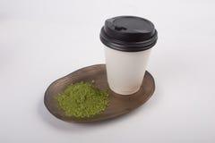 拿走玻璃和优质有机matcha茶粉末在陶瓷 库存图片