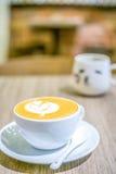 拿铁与逗人喜爱的咖啡杯的艺术咖啡 库存图片