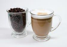 拿铁和咖啡豆 免版税图库摄影