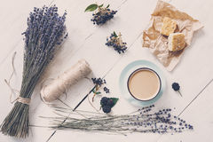 拿铁咖啡和淡紫色花构成在白色木头 免版税库存照片