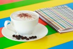 拿铁咖啡和笔记本 免版税库存图片