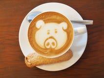 拿铁在木书桌上的咖啡艺术 免版税库存照片