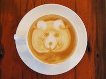 拿铁在木书桌上的咖啡艺术 库存照片