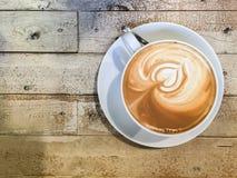 拿铁在木桌背景的艺术咖啡 库存图片