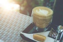 拿铁在餐桌上的艺术咖啡 免版税库存图片
