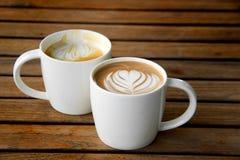拿铁艺术咖啡杯 免版税图库摄影