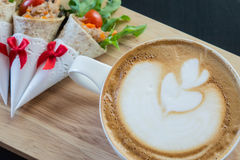 拿铁艺术咖啡用三明治 库存图片