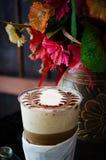 拿铁艺术咖啡过程葡萄酒样式 免版税库存图片
