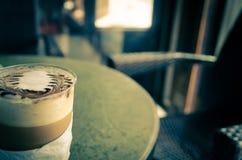 拿铁艺术咖啡过程葡萄酒样式 库存图片