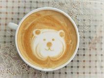 拿铁艺术咖啡& x27; 熊face& x27; 库存图片