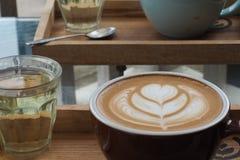 拿铁艺术咖啡 免版税库存照片