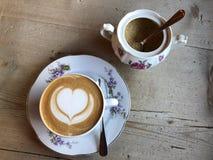拿铁艺术热奶咖啡 免版税库存图片