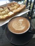 拿铁艺术热的咖啡 免版税库存照片