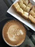 拿铁艺术热的咖啡 库存照片