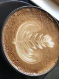 拿铁艺术热的咖啡 库存图片