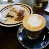 拿铁艺术郁金香,咖啡 免版税库存照片