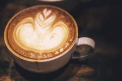 拿铁艺术,完善和美丽的牛奶泡影咖啡 免版税库存照片