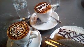 拿铁艺术 两个杯子热奶咖啡关闭 免版税库存照片