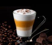 拿铁macchiato用咖啡豆巧克力大块 库存图片