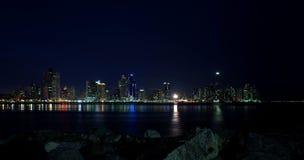 巴拿马城在晚上 库存照片