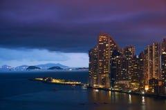 巴拿马城王牌海洋俱乐部摩天大楼在晚上 免版税库存照片