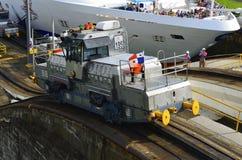 巴拿马运河电力机车 库存图片