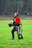 拿破仑式的战争战士- reenactor在绿草走 免版税库存照片