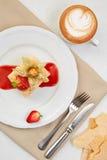 拿破仑蛋糕用草莓、空泡和果酱在白色板材 mille-feuille点心用咖啡和利器 库存照片