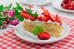 拿破仑蛋糕用草莓 木背景 特写镜头 顶视图 免版税库存照片