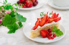 拿破仑蛋糕用草莓 木背景 特写镜头 顶视图 库存照片