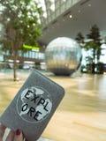 持与激动人心的盖子的人一本护照在终端仁川国际机场2  免版税库存图片